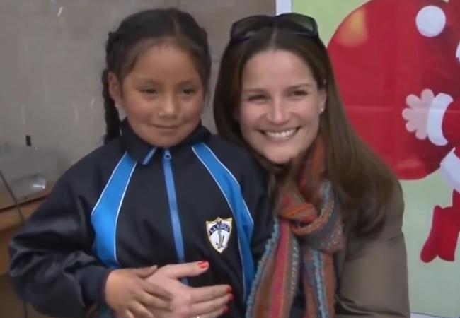 Luciana de la Fuente adelantó la navidad con niños del Cusco