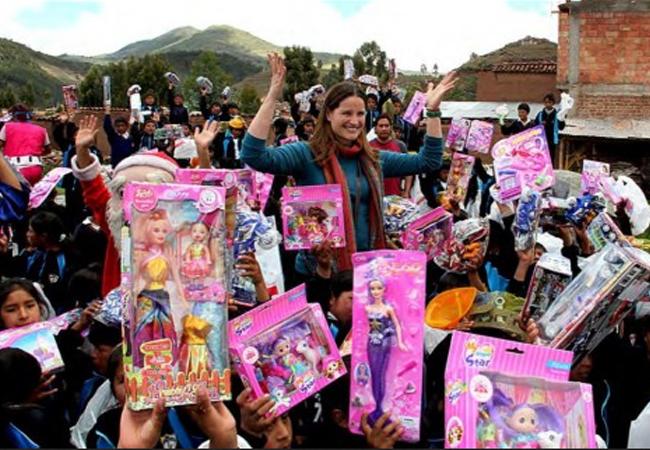 Luciana de la Fuente adelantó la navidad con los niños de Anta en Cusco